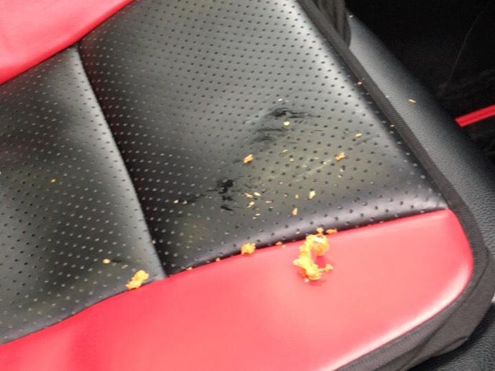 車のシートに衣が落ちている