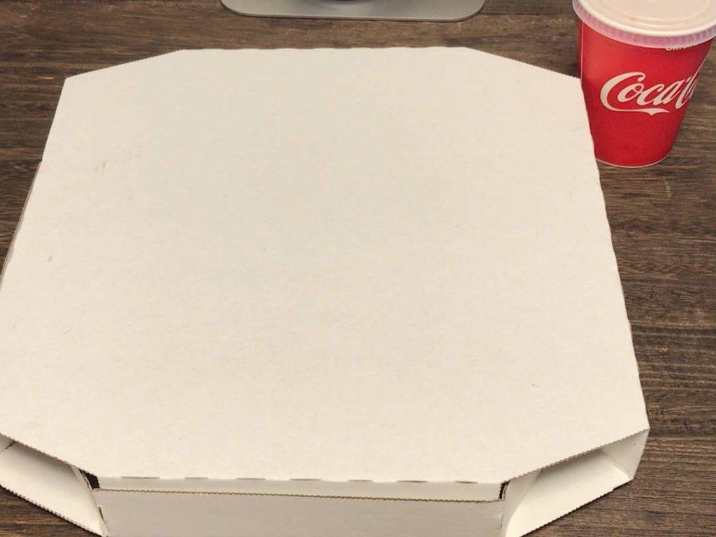 箱に入ったピザ