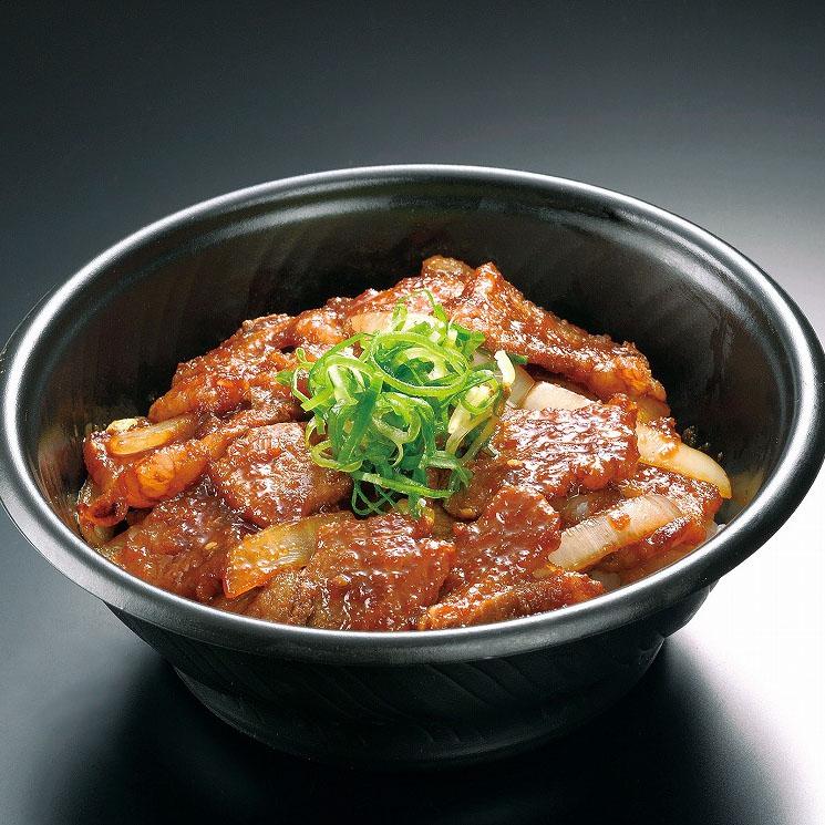 ■牛カルビ丼 850円(税込918円) 牛カルビ焼肉、玉ねぎ、青ねぎ